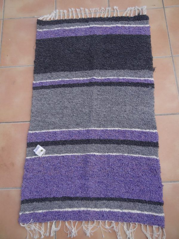 Jarapa pie de cama artesana tonos grises con morado