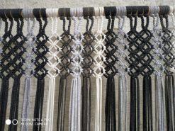 Cortinas de tiras en tonos grises sirven de mosquiteras