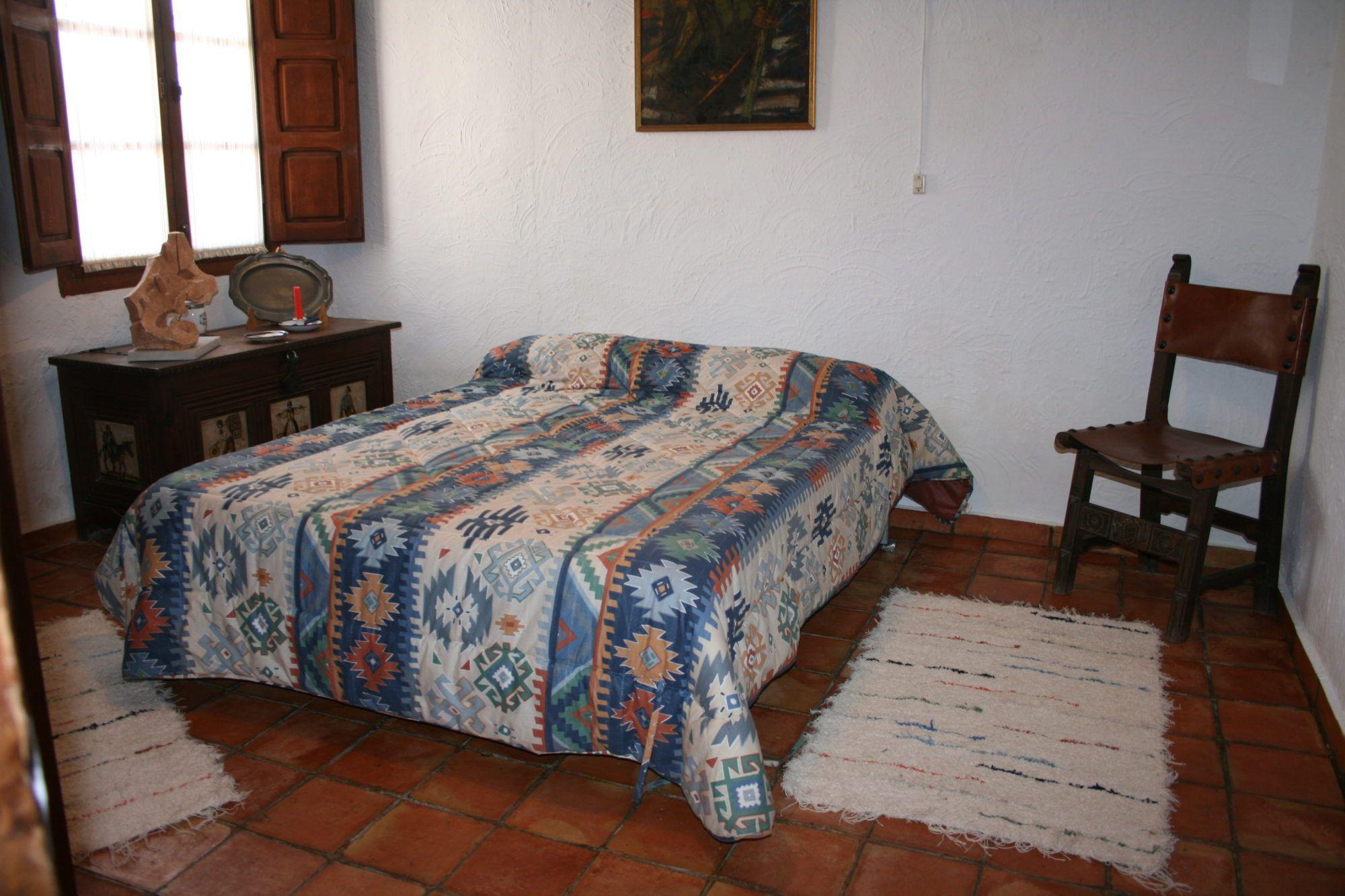 Jarapa, alfombra alpujarreña en tonos beis con ebras para pie de cama