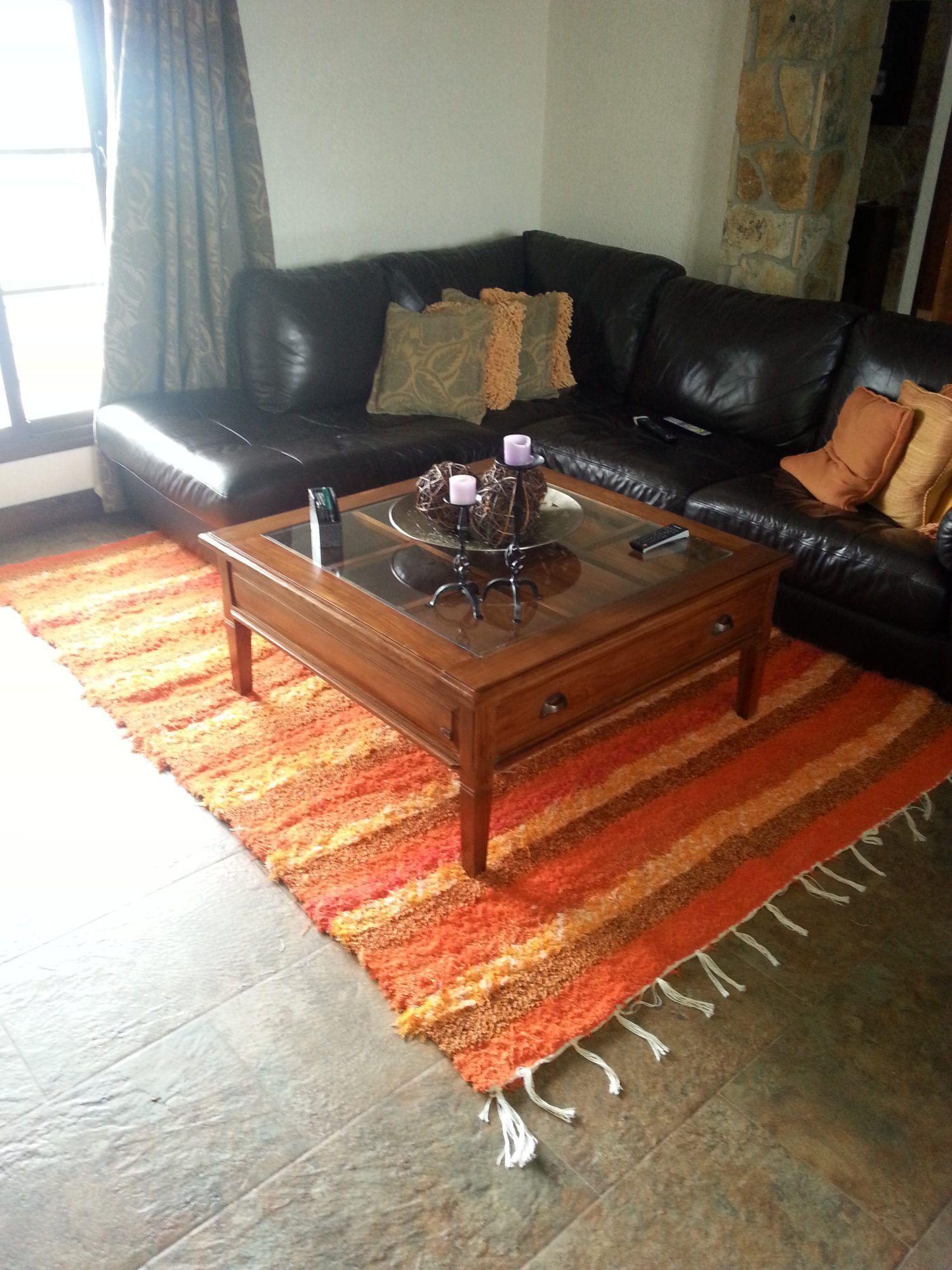 Jarapa, alfombra alpujarreña en tonos naranjas, destinado a multitud de sitios de la casa