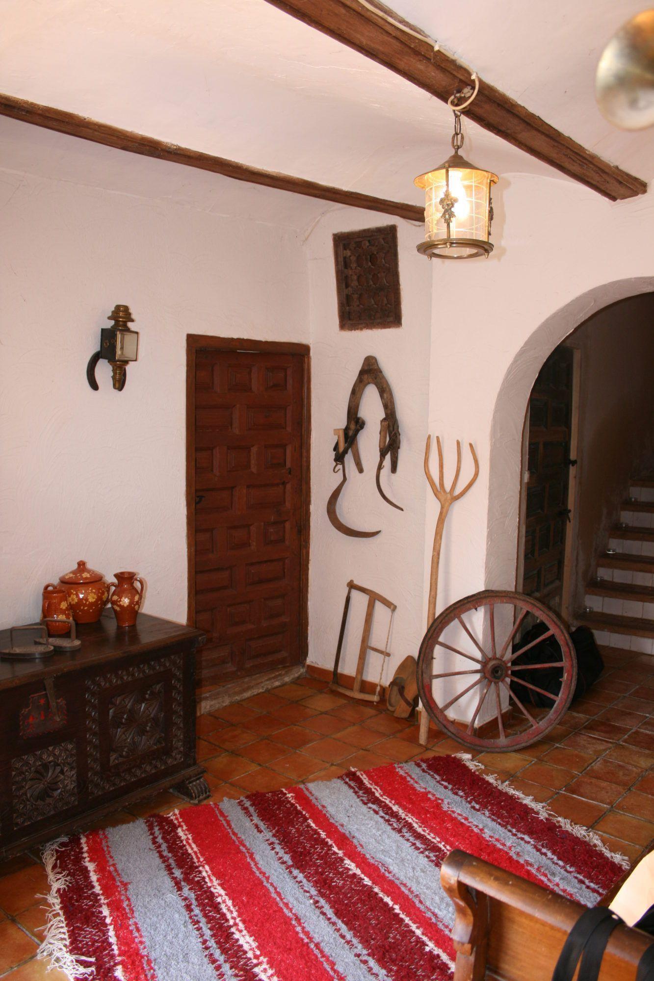 Jarapa, alfombra alpujarreña de color beis con rojo, destinado a multitud de sitios de la casa