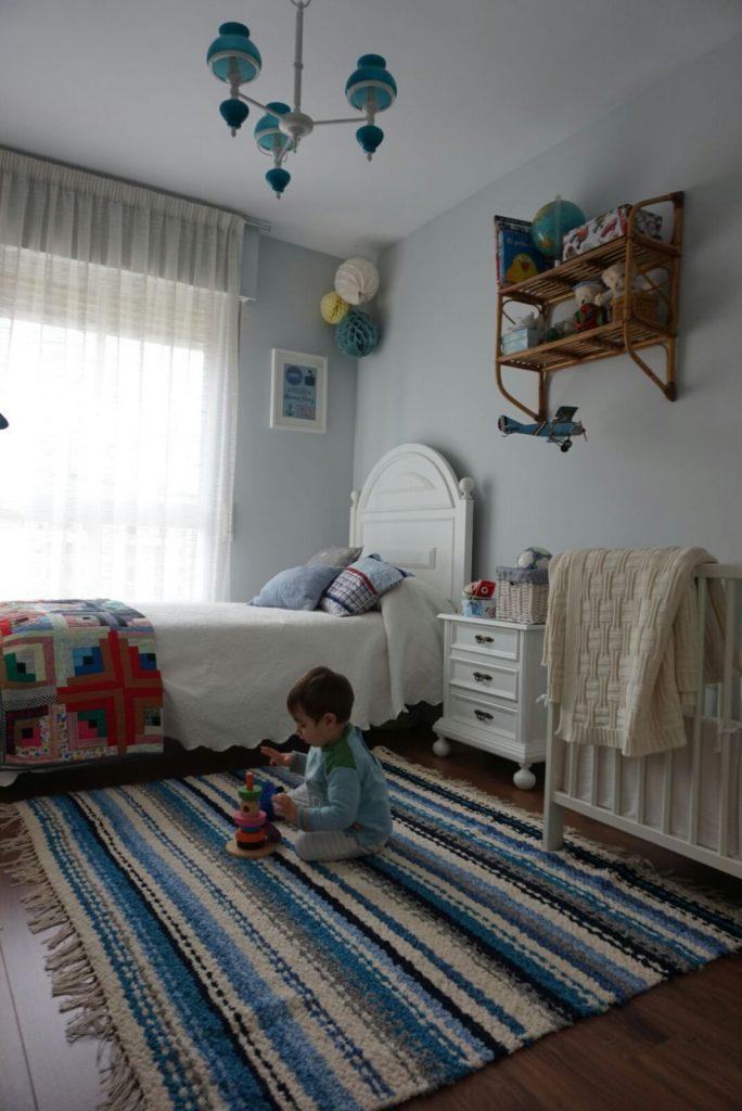 Jarapa artesana en tonos beis con azul, ideal para dormitorio de niños