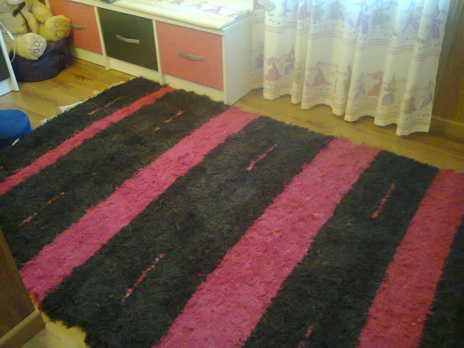 Jarapa, alfombra alpujarreña en tonos fuxia y negro, destinado a multitud de sitios de la casa