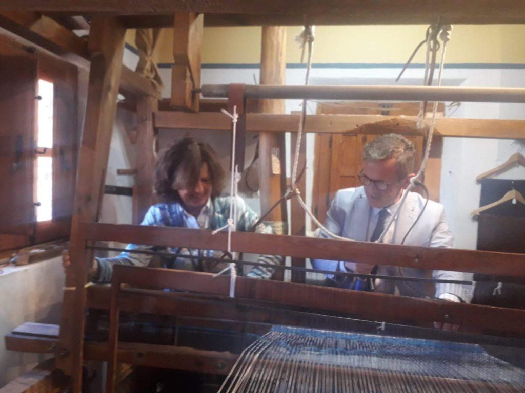 Gistavo Rodriguez tejiendo en el telar de jarapas en su visita con motivo de la declaración de lugar de Interes Turistico Andaluz