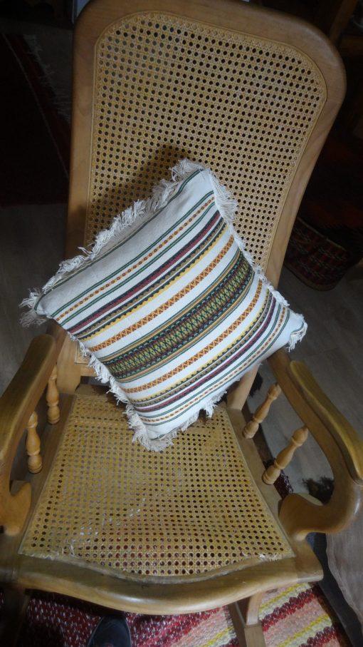Cojín beis con colorines para cama, sillon o silla
