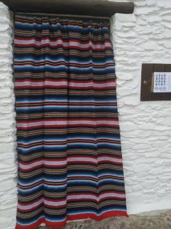 cortina de tejido alpujarreño de color