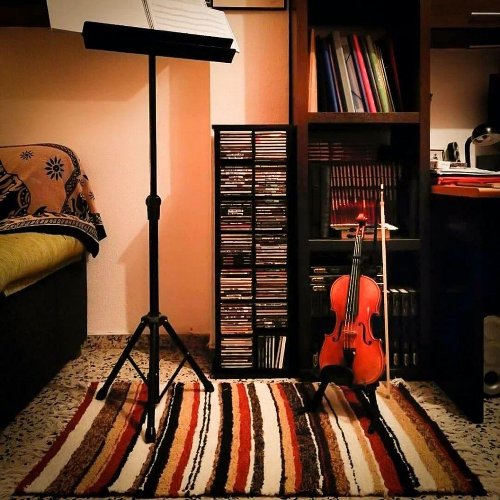 Alfombra hecha de jarapa junto a un violín