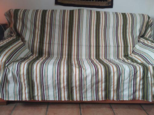 Cubre sofá beis con color para cama o sofá.